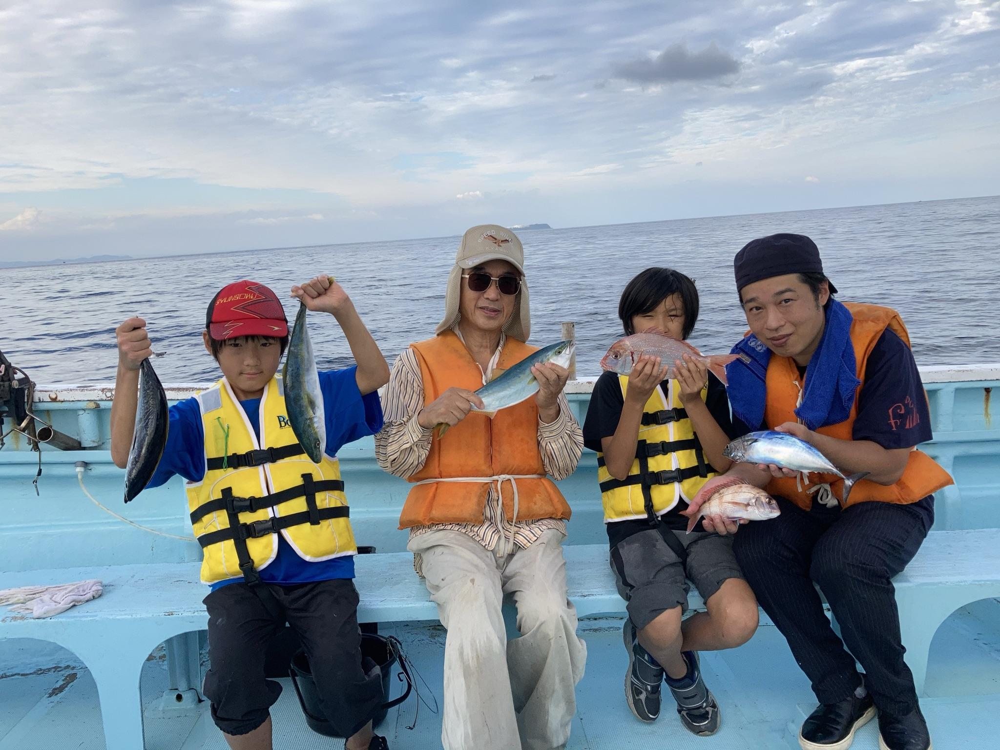 いろいろ釣れました 右の少年のハナダイは30cmありました